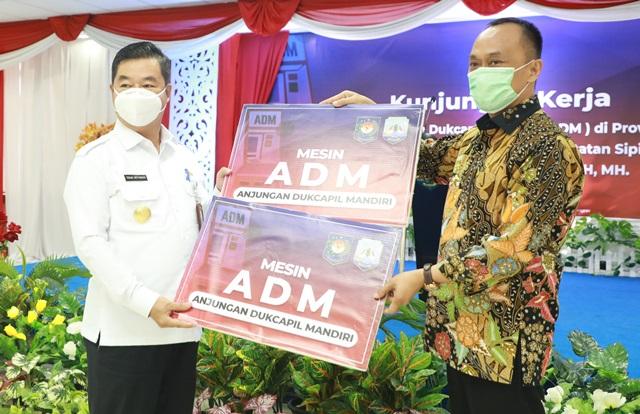 Pjs Gubernur Kaltara, Teguh Setyabudi saat menerima secara simbolis bantuan mesin ADM dari Dirjen Dukcapil Kemendagri Prof Zudan Arif Fakhrullah, Rabu (2/12/2020).(foto: Humas Provinsi Kaltara)
