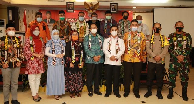 Pjs Gubernur Kaltara, Teguh Setyabudi berfoto bersama Wakil Ketua DPD RI Dr Mahyudin beserta anggota DPD RI lainnya, Rabu (2/12/2020) pagi.(foto: Humas Provinsi Kaltara)