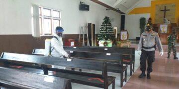 Penyemprotan dilakukan di dalam gereja. (foto: Polres Malinau)