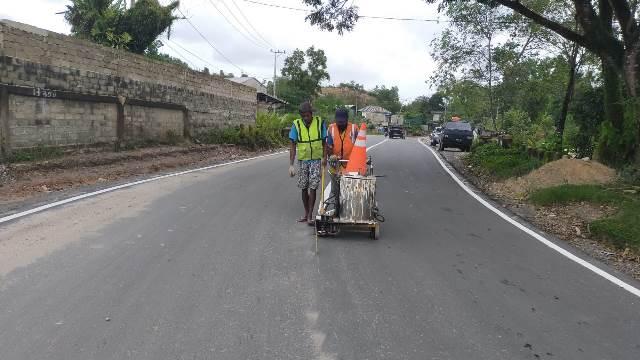 Jalan Bhayangkara pasca diaspal mulus dengan dana APBD Kaltara 2020. Tampak pekerja membuat marka jalan diatas aspal yang baru-baru ini. (Foto: Humas Provinsi Kaltara)