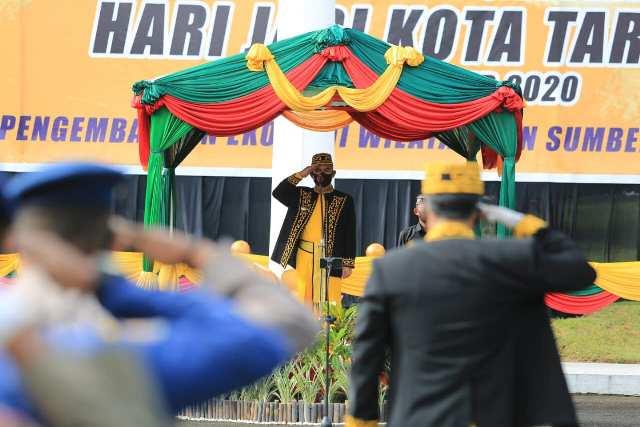 Wali Kota Tarakan dr. H. Khairul M.Kes bertindak sebagai inspektur upacara pada upacara HUT ke-23 Kota Tarakan di halaman parkir Rumah Jabatan Wali Kota Tarakan, Selasa (15/12/2020). (foto: Humas Setda Tarakan)