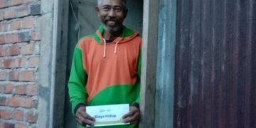 Lansia menerima bantuan biaya hidup dari Rumah Yatim Cabang Tarakan. (foto: Rumah Yatim Cabang Tarakan)