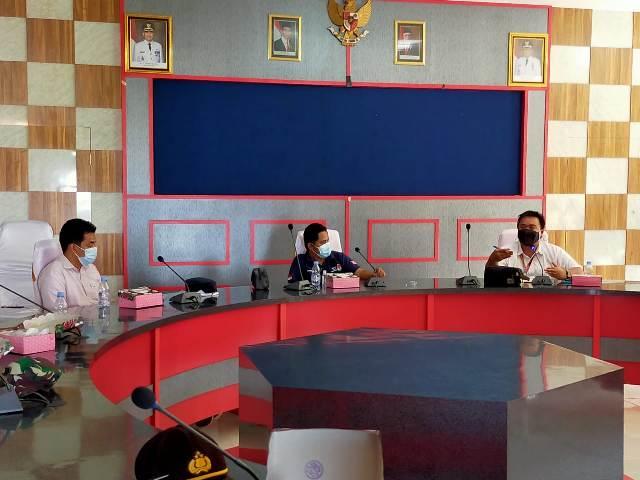 KPU Tarakan menggelar rapat persiapan penertiban APK di kantor Kelurahan Karang Rejo, Sabtu (5/12/2020). (foto: jendelakaltara.co)