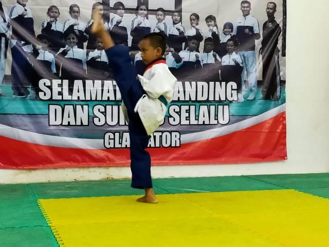 Atlet taekwondo dari klub Gladiator Tarakan tampil di kejuaraan virtual pomsae Indonesia Youth Championship (IYC) 2020 yang digelar secara live streaming, Minggu (13/12/2020). (foto: jendelakaltara.co)