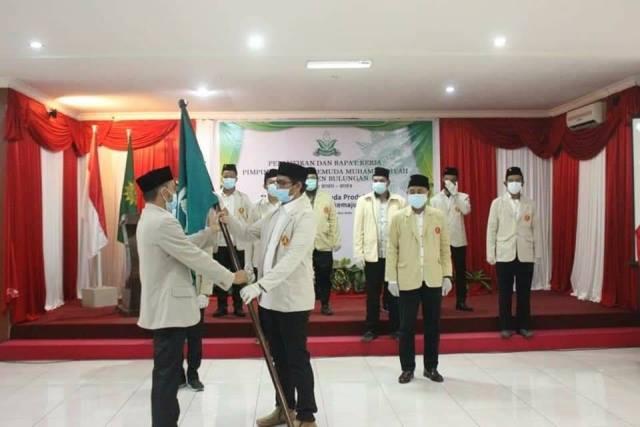 Ketua PWPM Kaltara Afandi ST, M.Pd menyerahkan petaka kepada Ketua PDPM Bulungan Aslan, Sabtu (19/12/2020). (foto: Istimewa)
