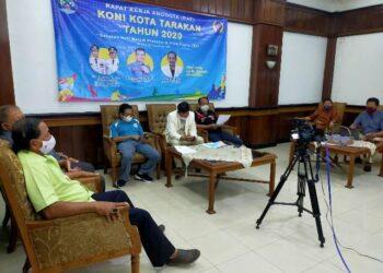 Pengurus Harian KONI Tarakan mendengarkan paparan dari Ketua Pengkot ESI Tarakan di RAT, Minggu (27/12/2020). (foto: jendelakaltara.co)