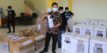Pjs Gubernur Kaltara, Teguh Setyabudi saat memeriksa kondisi surat suara dan pendistribusiannya di Gudang Logistik KPU Kaltara, Sabtu (5/12/2020). (foto: Humas Provinsi Kaltara)