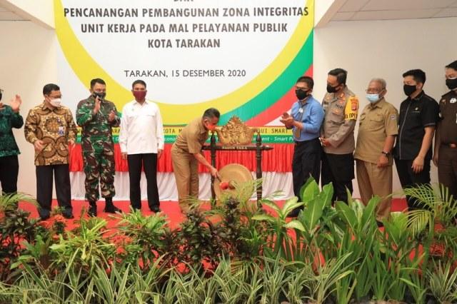 Wali Kota Tarakan dr. H. Khairul M.Kes memukul gong tanda dibukanya Mal Pelayanan Publik, Selasa (15/12/2020).