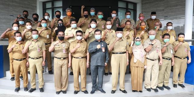 Gubernur Kaltara, Dr H Irianto Lambrie dan sejumlah kepala OPD lingkup Pemprov Kaltara berfoto bersama Teguh Setyabudi yang mengakhiri masa jabatannya sebagai Pjs Gubernur Kaltara per 5 Desember lalu. (foto: Humas Provinsi Kaltara)