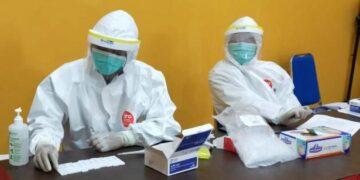 Petugas kesehatan melakukan rapid test, beberapa waktu lalu. (foto: jendelakaltara.co)