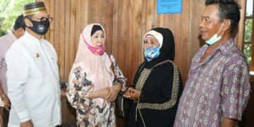Gubernur Kaltara, Dr H Irianto Lambrie bersama istri, Hj Rita Ratina saat meninjau salah satu warga penerima BSPS di Kaltara, belum lama ini. (foto: Humas Provinsi Kaltara)