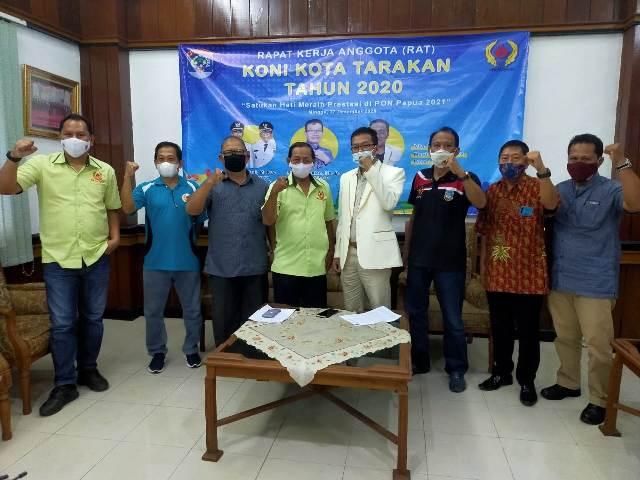 Pengurus Harian KONI Tarakan dan pengurus cabang olaharaga Esport Tarakan foto bersama usai menggelar RAT di Serketariat KONI Tarakan, Minggu (27/12/2020). (foto: jendelakaltara.co)