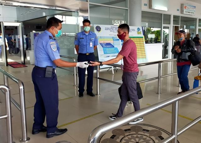 Pemeriksaan tiket pesawat dilakukan petugas Avsec bandara Juwata Tarakan terhadap penumpang yang akan berangkat. (foto: jendelakaltara.co)