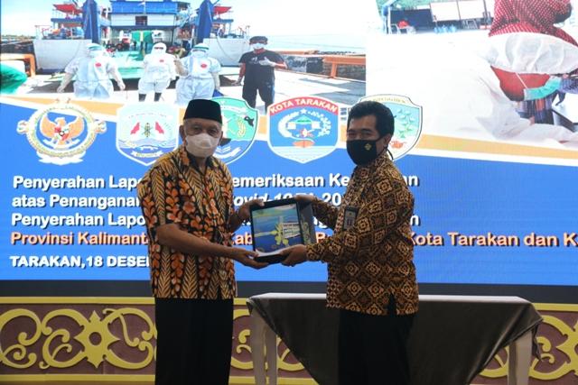 Wakil Guberkur Kaltara Udin Hianggio menerima LHP Kepatuhan atas Penanganan Pandemi Covid-19 Tahun Anggaran 2020 dari Ketua BPK Perwakilan Kaltara Agus Priyono, Jumat (18/12). (foto: BPK Perwakilan Kaltara)