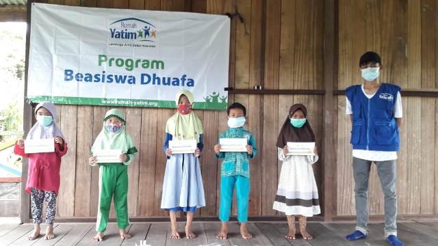 Perwakilan siswa menerima beasiswa dhuafa dari Rumah Yatim Cabang Tarakan. (foto: Rumah Yatim Cabang Tarakan)