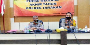 Kapolres Tarakan AKBP Fillol Praja Arthadira S.H, S.I.K (kanan) melakukan press rilis akhir tahun di Mako Polres Tarakan, Kamis (31/12/2020).  (foto: jendelakaltara.co)