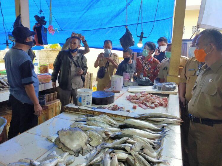 Wali Kota Tarakan dr. H. Khairul M.Kes memantau harga ikan di pasar Tenguyun, Selasa (29/12/2020).