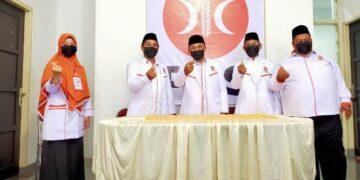 Pengurus DPD, MPW dan DED PKS Tarakan berfoto bersama dengan backdrop logo PKS yang baru. (foto: jendelakaltara.co)