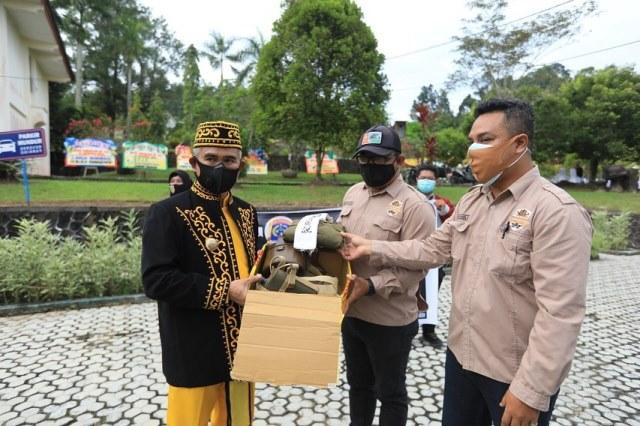 Walikota Tarakan menerima seragam tentara Jepang peninggalan sejarah PD II. (foto:Humas Setda Tarakan