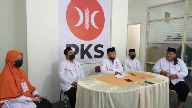 Pengurus harian DPD, MPD dan DED PKS Tarakan menggelar konferensi pers di sekretariatnya di Jalan Ladang Dalam, Kelurahan Pamusian, Senin (28/12/2020). (foto: jendelakaltara.co)