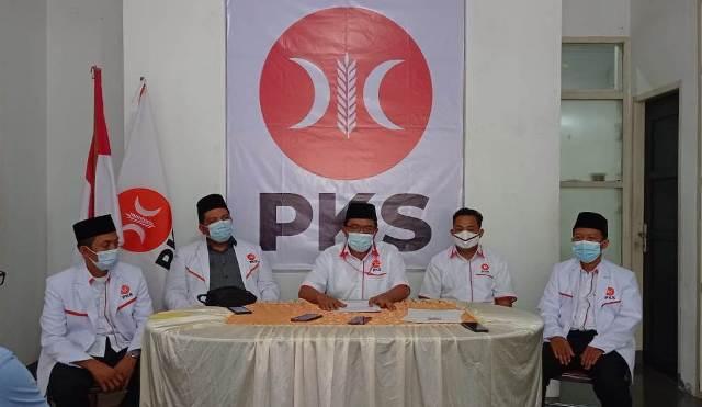 Pengurus DPW dan MPW PKS Kaltara periode 2020-2025 memberikan keterangan pers di Sekretariat DPD PKS Tarakan, Minggu (27/12/2020). (foto: Istimewa)
