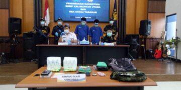 BNNP Kaltara bersama Bea Cukai merilis penangkapan kasus sabu yang melibatkan dua tersangka, salah satunya WNA, di Kantor Bea Cukai Tarakan, Rabu (30/12/2020). (foto: jendelakaltara.co)