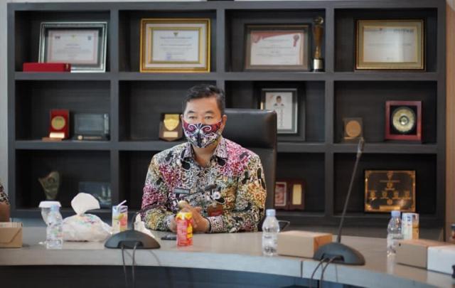 Pjs Gubernur Kaltara Dr. H. Teguh Setyabudi, M.Pd saat pada kegiatan penetapan Tim Percepatan dan Perluasan Digitalisasi Daerah (TP2DD) Provinsi Kaltara secara virtual. (foto: Humas KPwBI Provinsi Kaltara)