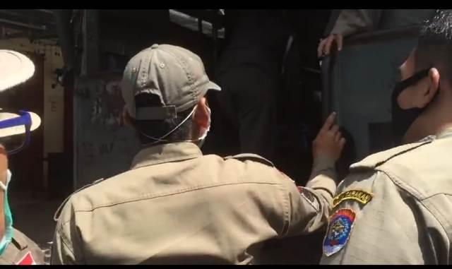 Petugas Satpol PP Tarakan mengamankan satu jukir liar saat melakukan razia pada Selasa (1/12/2020). (foto istimewa)