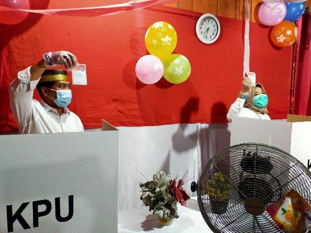 Calon Gubernur Kaltara nomor urut 3, Zainal Arifin Paliwang dan istri Hj. Rachmawati menyalurkan hak pilihnya di TPS 13 Kelurahan Karang Rejo, Kecamatan Tarakan Barat, Rabu (9/12). (foto: jendelakaltara.co)