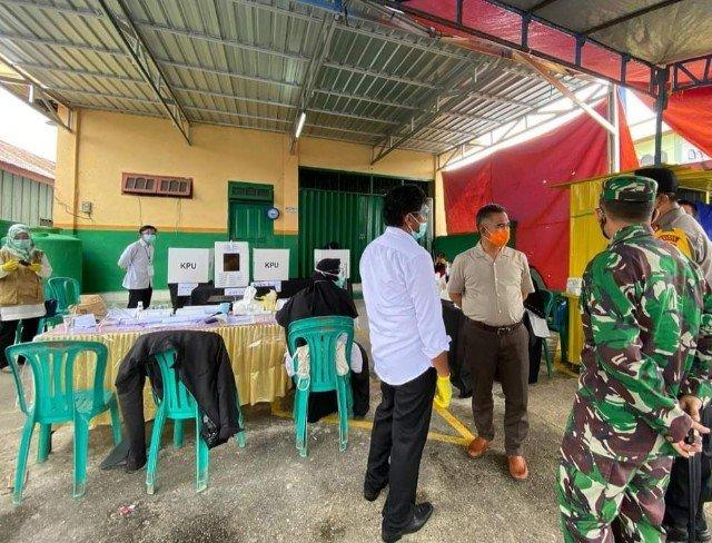 Wali Kota Tarakan dr. H. Khairul M.Kes bersama unsur Forkopimda Tarakan lainnya meninjau pemungutan suara di TPS, Rabu (9/12/2020)