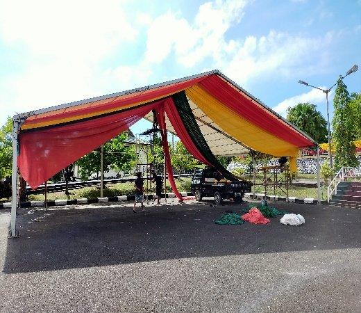 Persiapan di lokasi upacara HUT ke-23 kota Tarakan di halaman parkir Rumah Jabatan Wali Kota Tarakan, Jumat (11/12/2020). (foto: jendelakaltara.co)