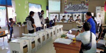 Pelaksanaan rekapitulasi di Kecamatan Tarakan Tengah, Jumat lalu (11/12/2020). (jendelakaltara.co)