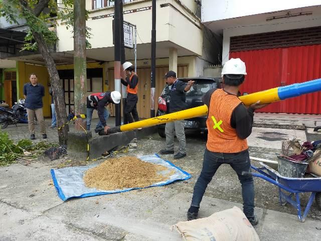 Pekerja mendirikan tiang untuk pembangunan jaringan fiber optik. (foto: jendelakaltara.co)