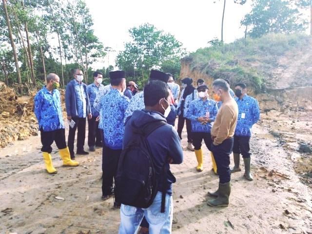 Wali Kota Tarakan, dr. H. Khairul, M.Kes pada Senin (18/1) pagi melakukan peninjauan ke kawasan pemakaman jenazah Covid-19 di Kelurahan Juata Laut, Kecamatan Tarakan Utara. (foto: Humas Setda Tarakan)