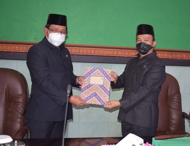 Plt Bupati Bulungan, Ingkong Ala SE, M.Si (kiri) menyerahkan jawaban tertulis pemerintah kepada pimpinan DPRD Bulungan. (foto: Humas Pemkab Bulungan)