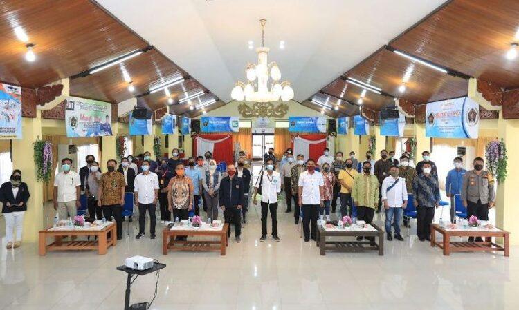 Wali Kota Tarakan dan tamu undangan lainnya serta insan pers menerapkan protokol kesehatan saat berfoto bersama. (foto: Humas Setda Tarakan)