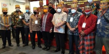 Wali Kota Tarakan dr. H. Khairul M.Kes berfoto bersama Ketua KKSS Kaltara Muhammad Yunus Abbas dan peserta Musda VII KKSS Tarakan, Minggu (24/1/2021). (foto: jendelakaltara.co)
