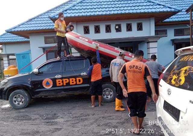 Tim BPBD Kaltara saat melakukan persiapan kewaspadaan dan pertolongan pada korban banjir di Sembakung. (foto: Humas Provinsi Kaltara)