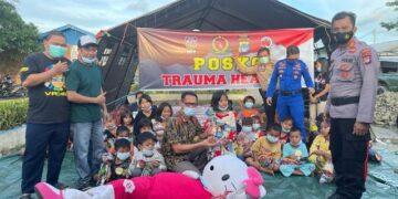 Anak-anak dari warga terdampak korban kebakaran di Nunukan bermain di posko Trauma Healing. (foto: Hasanuddin/jendelakaltara.co)