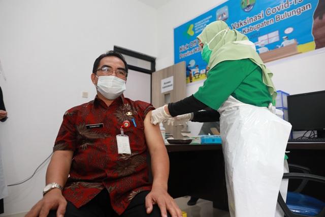 Sekprov Kaltara, H. Suriansyah saat mengikuti vaksinasi Covid-19 perdana di Kaltara, belum lama ini. (foto: Humas Provinsi Kaltara)