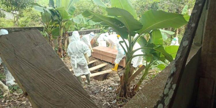 Pemakaman jenazah Covid-19 dilakukan anggota Brimob Polda Kaltara di pemakaman umum Kelurahan Kampung Enam, belum lama ini.  (foto: Humas Polda Kaltara)