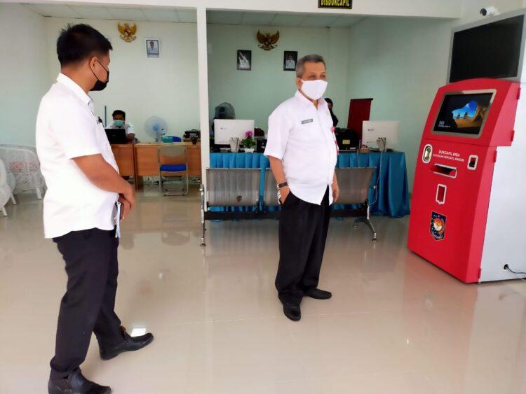 Sekda Tarakan Hamid Amren SE di depan salah satu fasilitas di MPP yakni Anjungan Dukcapil Mandiri, Tarakan, Rabu (13/1).