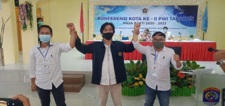 Andi Muhammad Rizal (kanan) dan Eliazar (kiri) bersama mantan Ketua PWI Tarakan, Sultan Pradana. (foto Istimewa)