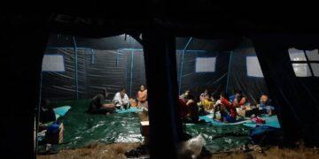 Warga terdampak kebakaran mengungsi di tenda darurat yang didirikan Dinsos dan BPBD Nunukan. (foto: Hasanuddin/jendelakaltara.co)