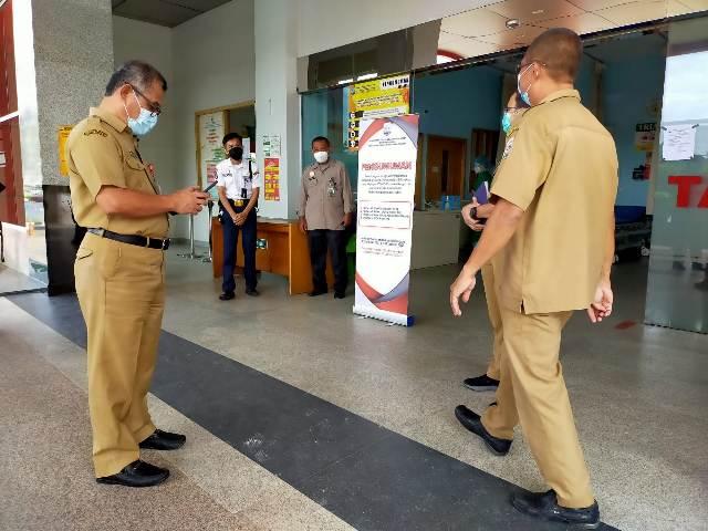 Pengumuman dipasang di pintu masuk UGD di RSUD Tarakan, Selasa (5/1/2021). (foto: jendelakaltara.co)