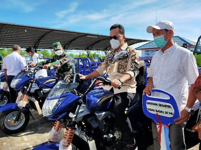 Senator asal Kaltara Hasan Basri SE, MH menyalurkan bantuan dari Pemerintah Pusat berupa 5 unit motor roda tiga dan 1 unit dump truck, Rabu (13/1/2021). (foto: jendelakaltara.co)