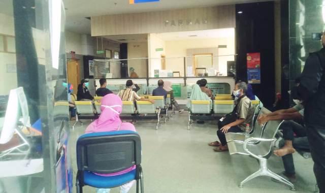 Loket pengambilan obat di RSUD Tarakan melayani masyarakat yang menunggu giliran. (foto: Istimewa)