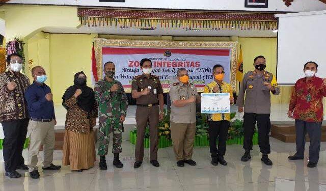 Kepala Kantor Pertanahan Kota Tarakan Ir. Timbul T.H. Simanjuntak bersama Forkopimda Tarakan dan tamu undangan lainnnya berfoto bersama usai acara. (foto: jendelakaltara.co)