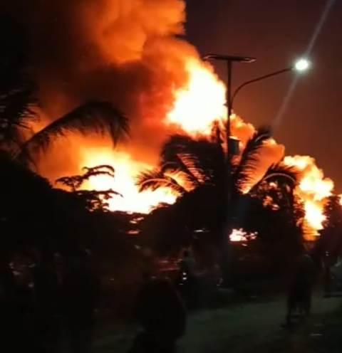 Kepulan asap keluar dari kobaran api yang membakar puluhan rumah di Pasar Inhutani Kabupaten Nunukan, Kaltara, Minggu (10/1/2021) malam. (foto: Istimewa)