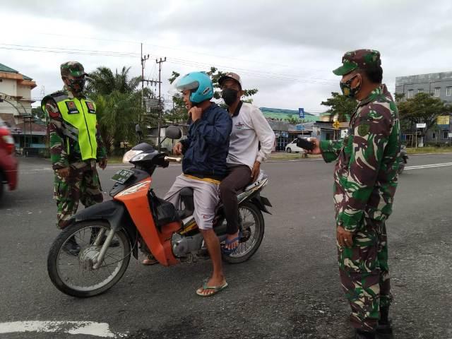Prajurit Koramil 0907/04 Tarakan Utara mengimbau pengendara untuk menggunakan masker. (foto: Koramil 0907/04 Tarakan Utara)